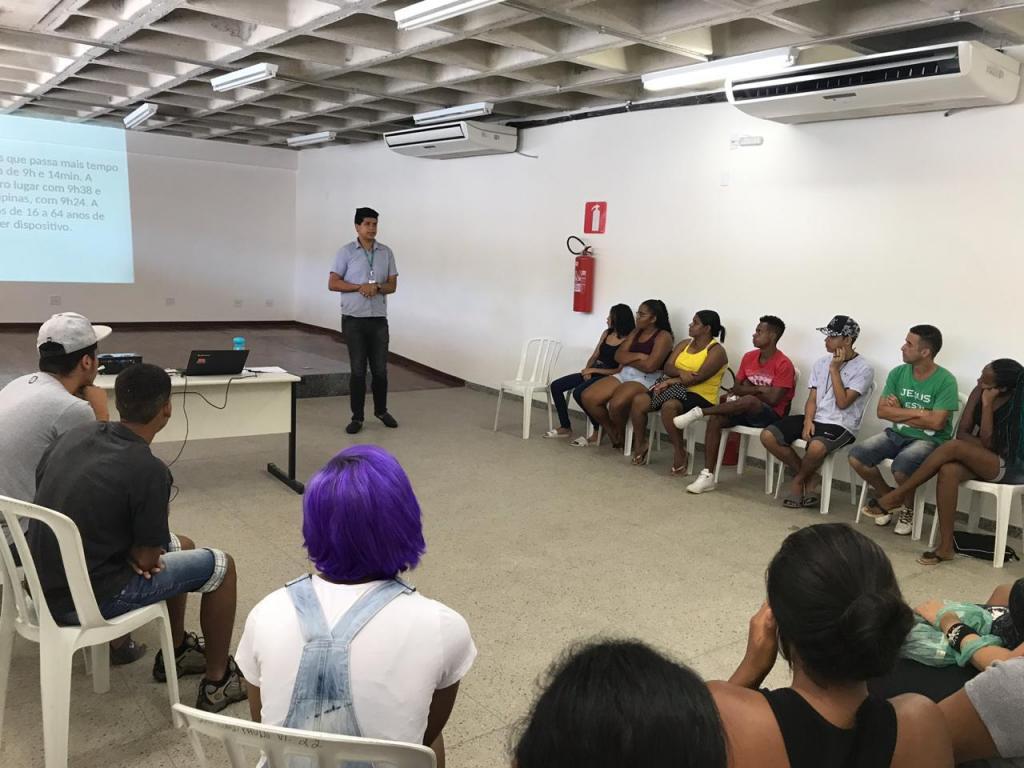 Homem dá aula para adolescentes