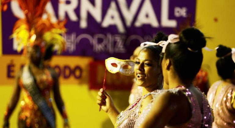 Mulheres com máscara no Carnaval