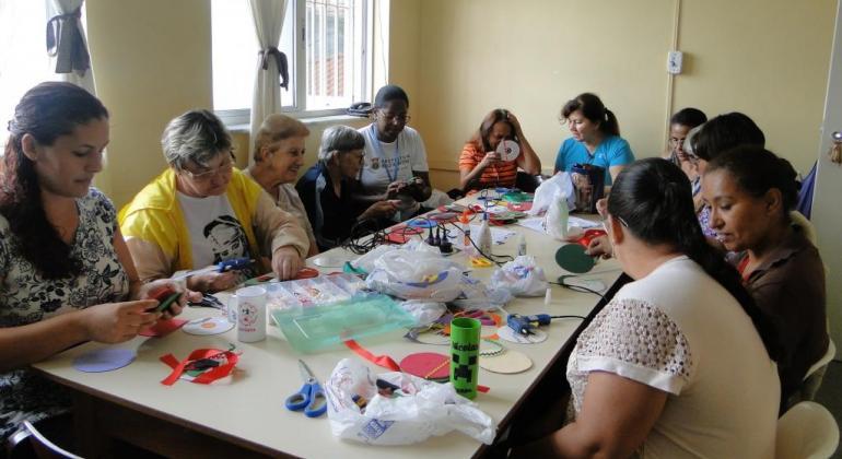 Resultado de imagem para fotos de mulheres fazendo artesanato