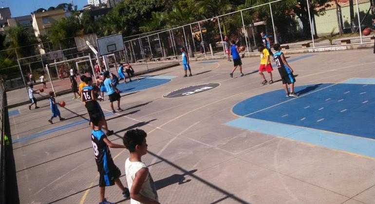 dc94520bd3 Cerca de 30 jovens praticantes do basquete na quadra do Parque Municipal  Vencesli Firmino
