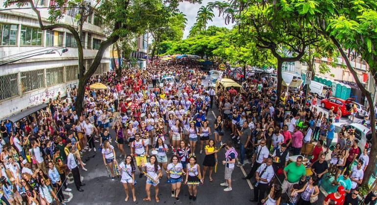 Mais de cem pessoas acompanham desfile de bloco de rua no Carnaval 2017