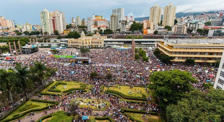 Multidão aproveita o Carnaval na Praça da Estação com bloco carnavalesco.