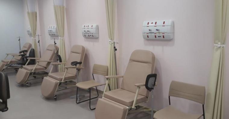 Ala do hospital com quatro cadeiras para pacientes em observação.
