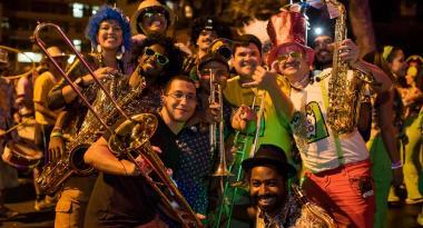 OIto Integrantes do Bloco Chama o Síndico com fantasias e instrumentos musicais. Foto ilustrativa