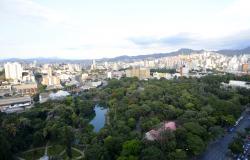 73b0dca6d78 O verde do Parque Municipal Américo Renneé Giannetti com Avenida Andradas à  frente  prédios de
