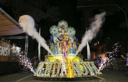 Carro de samba de escola de Samba Venda Nova com sinalizadores de fogo e fumaça